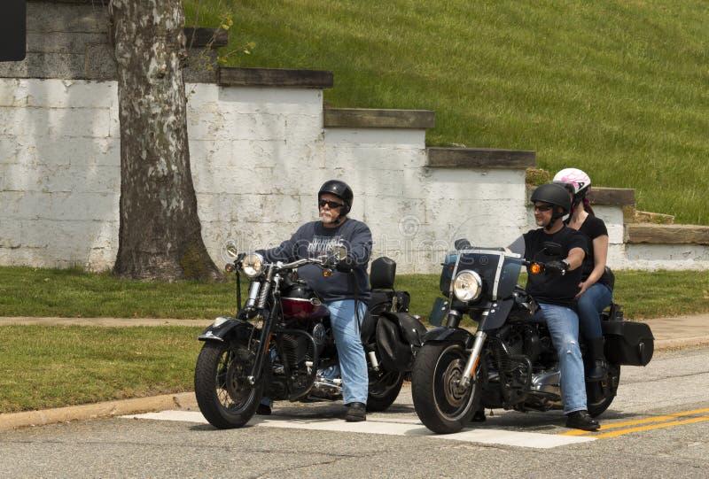 De fietsers wachten royalty-vrije stock foto