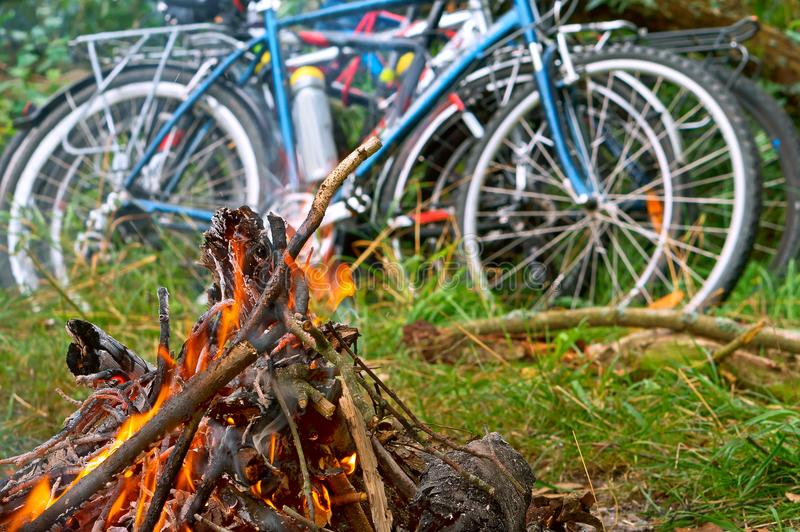 De fietserstoeristen maakten een brand, fietsreis stock foto's