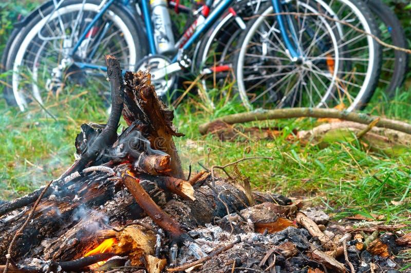 De fietserstoeristen maakten een brand, fietsreis royalty-vrije stock foto