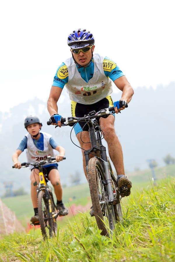 De fietsras in het hele land van de berg stock fotografie
