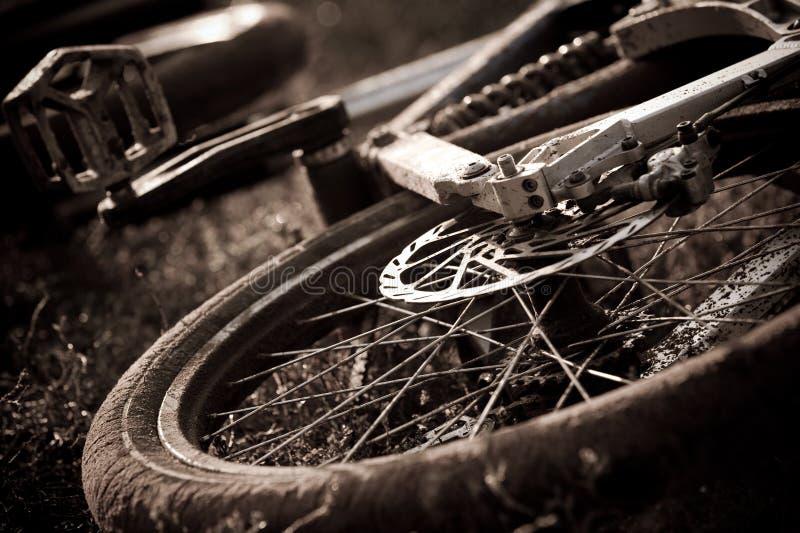 De fietssamenvatting van de berg in zwart-wit stock foto's