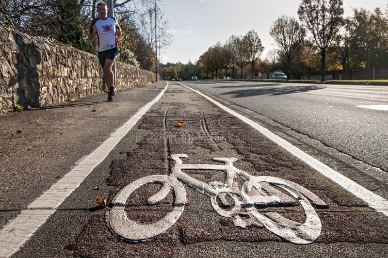 De fietsweg stock afbeeldingen