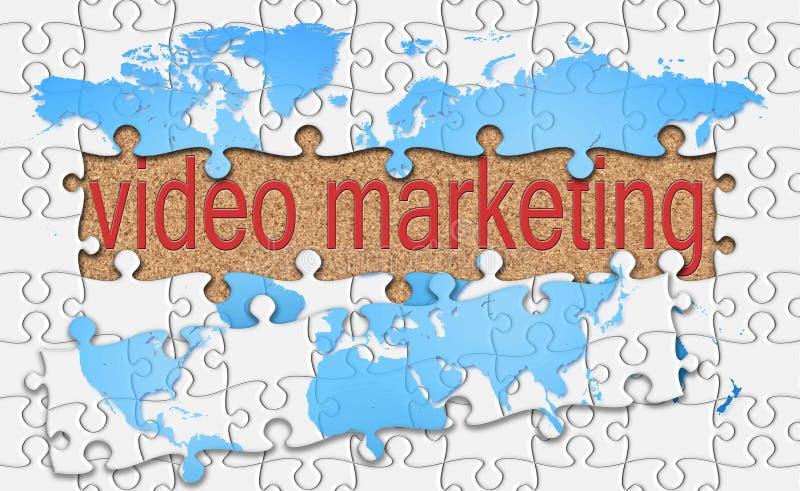 De figuurzaag openbaart video marketing woord op cork achtergrond stock afbeeldingen