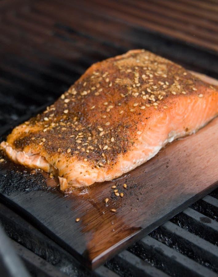 De Filet van de zalm bij het Koken van de Rook van de Plank van de Ceder op BBQ royalty-vrije stock afbeeldingen