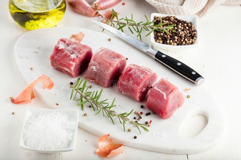 De filet van het varkensvlees Ruw vlees met kruiden op scherpe raad stock foto