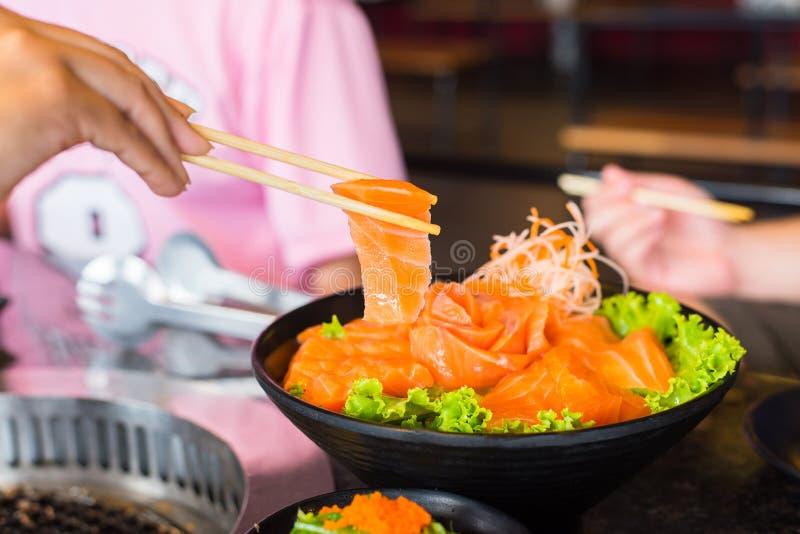 De filet van de Rawszalm met eetstokjes op schotel in restaurant royalty-vrije stock fotografie