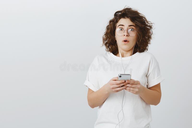 De fille disque de battement unxpectadly dans le jeu Shocked a stupéfié la jeune femelle attirante avec les cheveux bouclés court photographie stock libre de droits