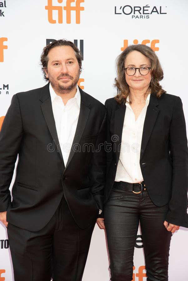 De filmproducenten Teddy Schwarzman en Nina Jacobson wonen de première van ` Ben Is Back ` tijdens de Internationale Film van Tor stock fotografie