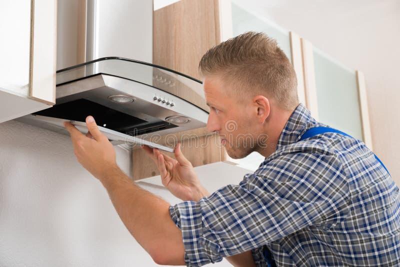 De Filter van herstellerrepairing kitchen extractor stock fotografie