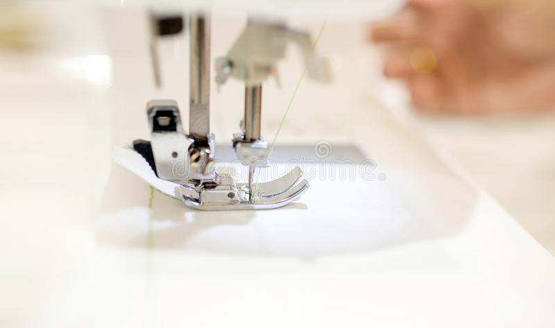 De fin tailleur féminin - travaillant avec la machine à coudre Profestion image libre de droits