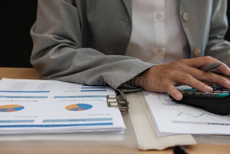 de financiële calculator van het adviseursgebruik om opbrengst & begroting te berekenen royalty-vrije stock foto