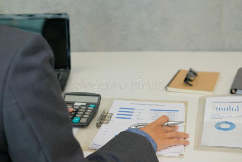 de financiële calculator van het adviseursgebruik om opbrengst & begroting te berekenen royalty-vrije stock fotografie