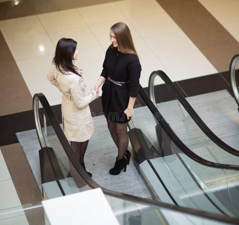 De financiële manager ontmoet de cliënt in de lounge van het moderne bureau royalty-vrije stock foto's