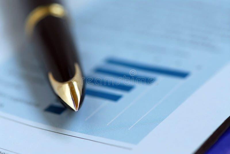 De financiëngrafiek van de pen stock foto's