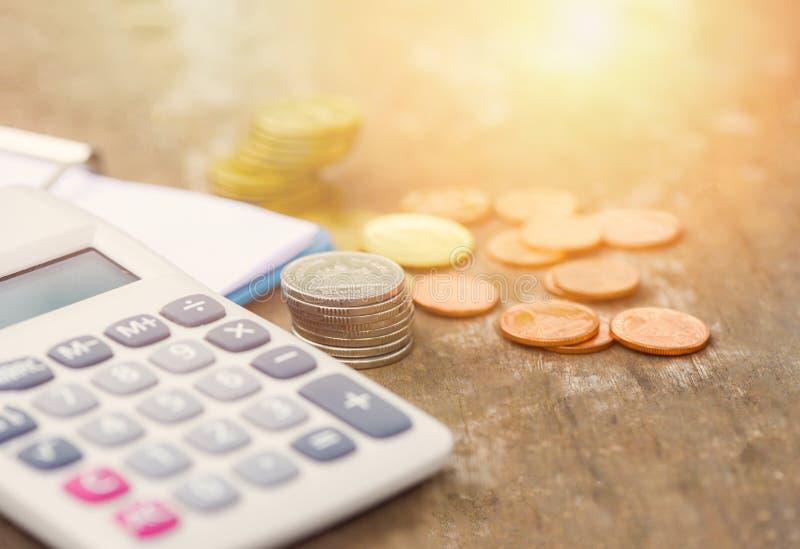 De financiënobjecten van het calculatorgeld calculator van het de muntstukkengeld van het bedrijfsboekhoudingsconcept de tellend  stock afbeelding