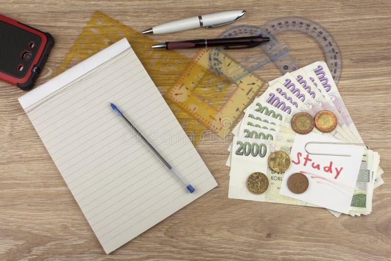 De financiering van universitaire studies in Europa Geld op de studie wordt bespaard die Financieel concept besparing Echte euro  stock fotografie