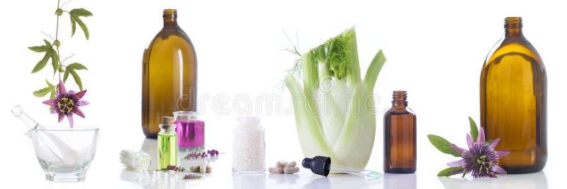 De fines herbes frais de soins de santé alternatifs et bouteille d'aromatherapy en mortier photos libres de droits