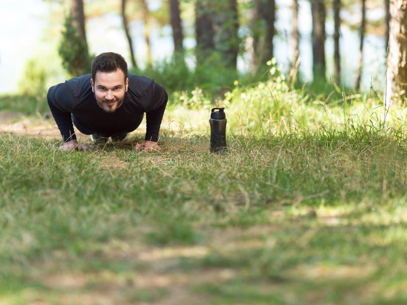 De fitness van de duwups sport mens die opdrukoefening doen stock fotografie