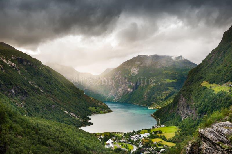 De fjord van Geiranger in Noorwegen De ZOMERlandschap royalty-vrije stock fotografie