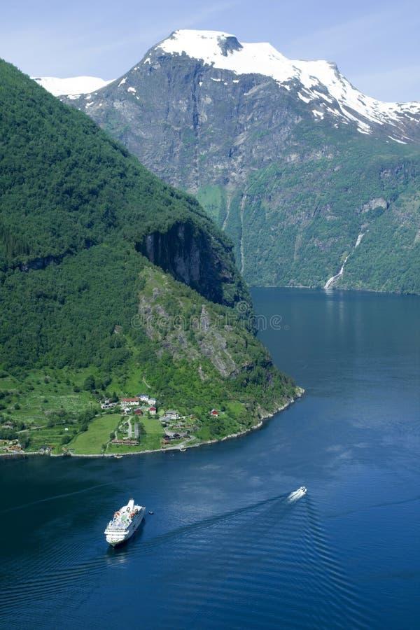De fjord van Geiranger vanaf de bovenkant van de berg stock afbeelding