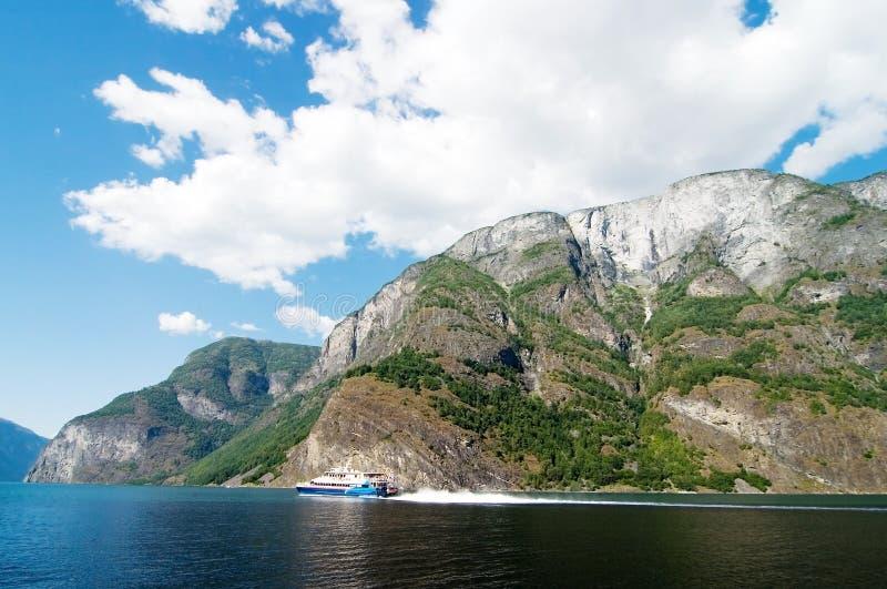 De Fjord van Noorwegen Toneel met Veerboot royalty-vrije stock afbeeldingen