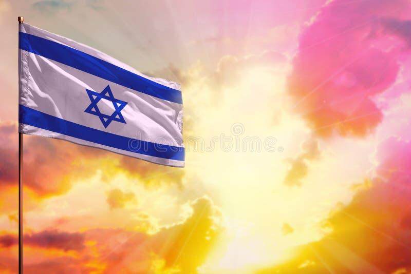De fladderende vlag van Israël in hoogste linkerhoekmodel met de ruimte voor uw tekst op mooie kleurrijke zonsondergang of zonsop royalty-vrije stock afbeeldingen