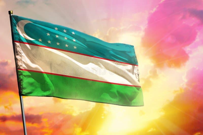 De fladderende vlag van Oezbekistan op mooie kleurrijke zonsondergang of zonsopgangachtergrond Verschillende 3d bal stock fotografie