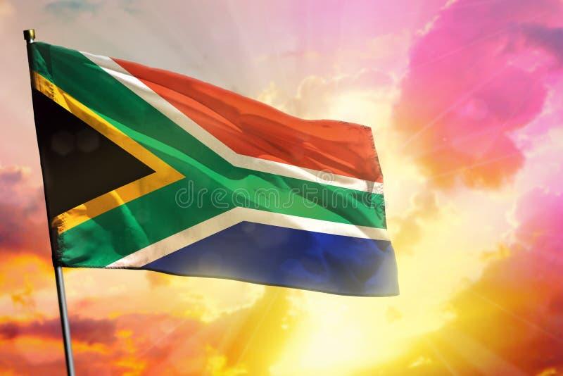 De fladderende vlag van Zuid-Afrika op mooie kleurrijke zonsondergang of zonsopgangachtergrond Verschillende 3d bal stock afbeelding