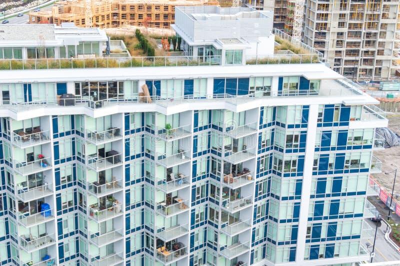 De flatgebouwen met koopflats van het rivierdistrict in een lage stijging met dak tuinieren, zijaanzicht, met nieuwe bouwconstruc royalty-vrije stock foto