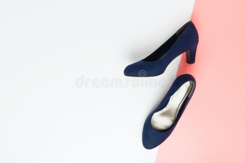 De flatlay regeling van de pastelkleurmanier met modieuze blauwe hoge hielenschoenen stock foto