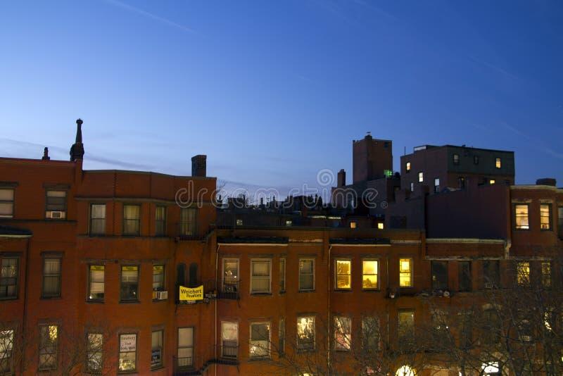 De flatshorizon van de stadsstraat tegen zonsondergangachtergrond stock foto