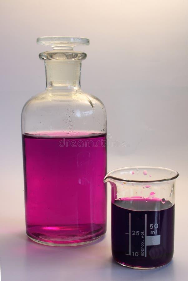 De fles en de beker van het laboratorium stock afbeeldingen