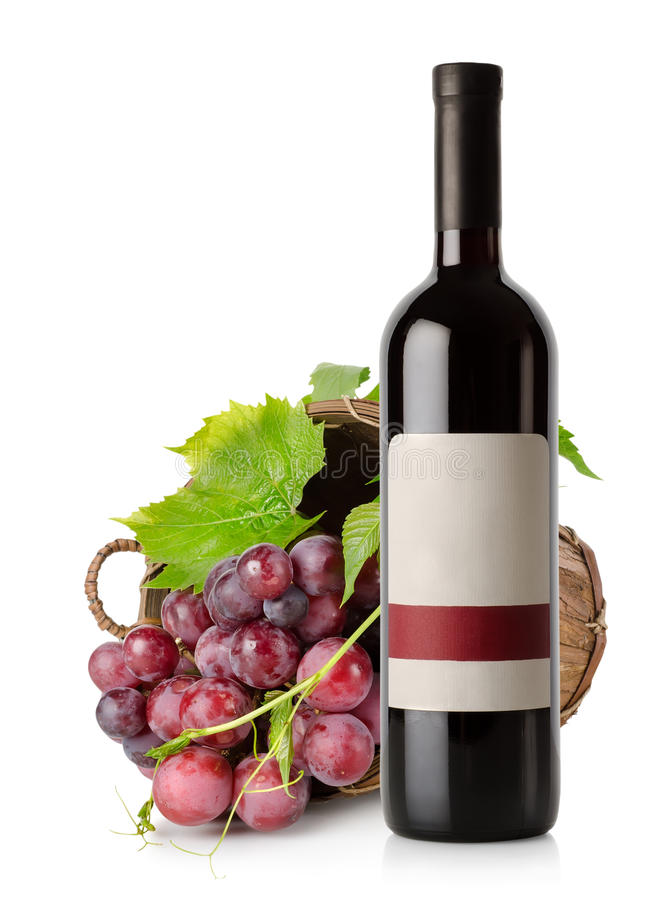 De fles en de druif van de wijn in mand stock afbeelding