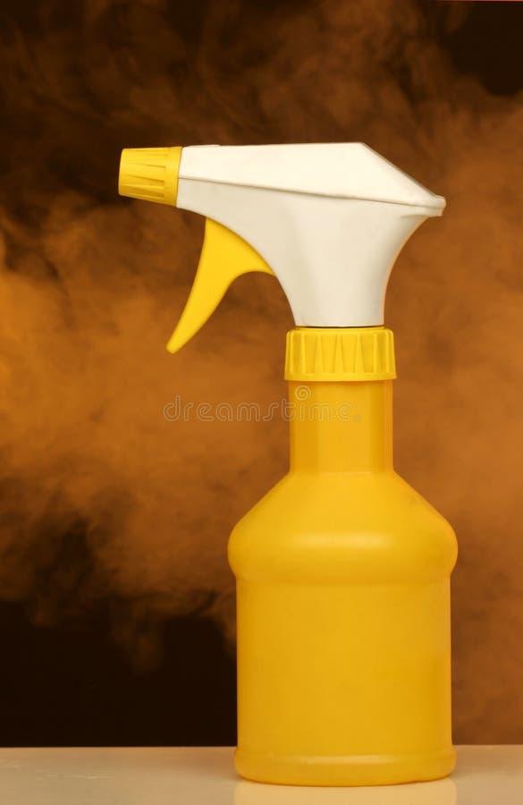 Download De Fles En De Mist Van De Nevel Stock Afbeelding - Afbeelding bestaande uit reinigingsmachine, nevel: 292457