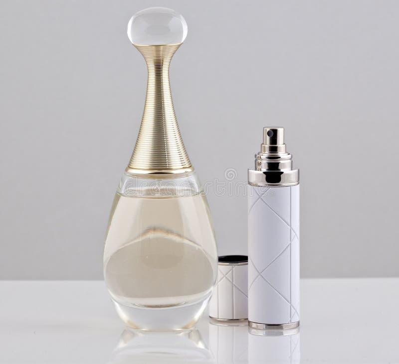 De fles en de nevel van het parfum stock afbeeldingen