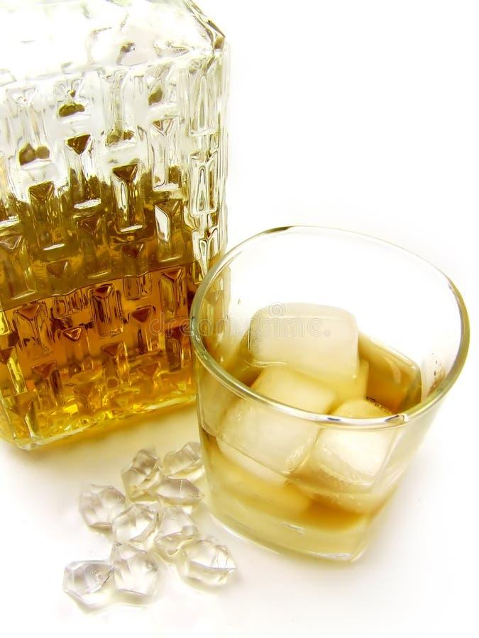 De fles, het glas en het ijs van de whisky royalty-vrije stock afbeelding