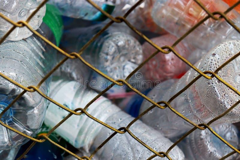 De fles in de opslagkooi, kan worden gerecycleerd stock afbeelding