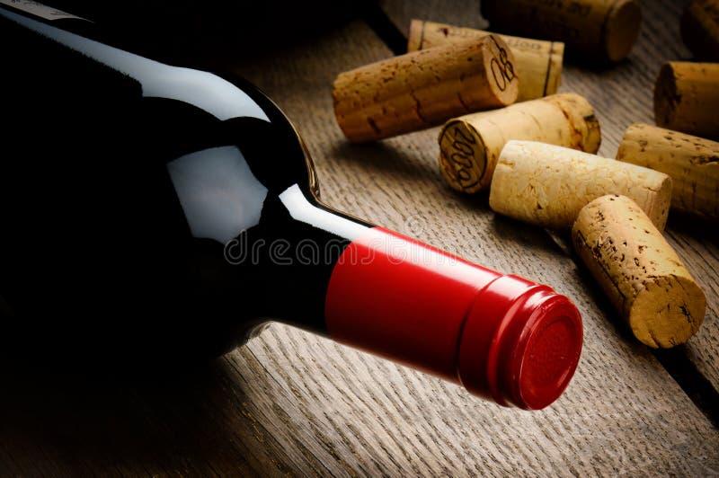 De fles rode wijn en kurkt royalty-vrije stock foto's