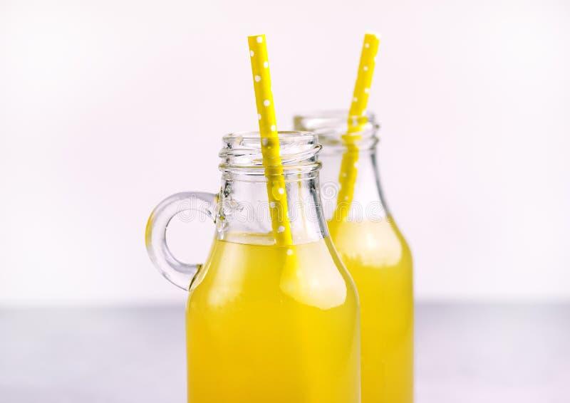 De fles Smakelijk Vers Limonadestro sluit omhoog Koude de Zomerdrank royalty-vrije stock fotografie