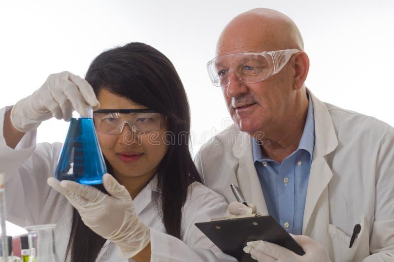 De fles van de het teamholding van Researche met chemische producten royalty-vrije stock foto