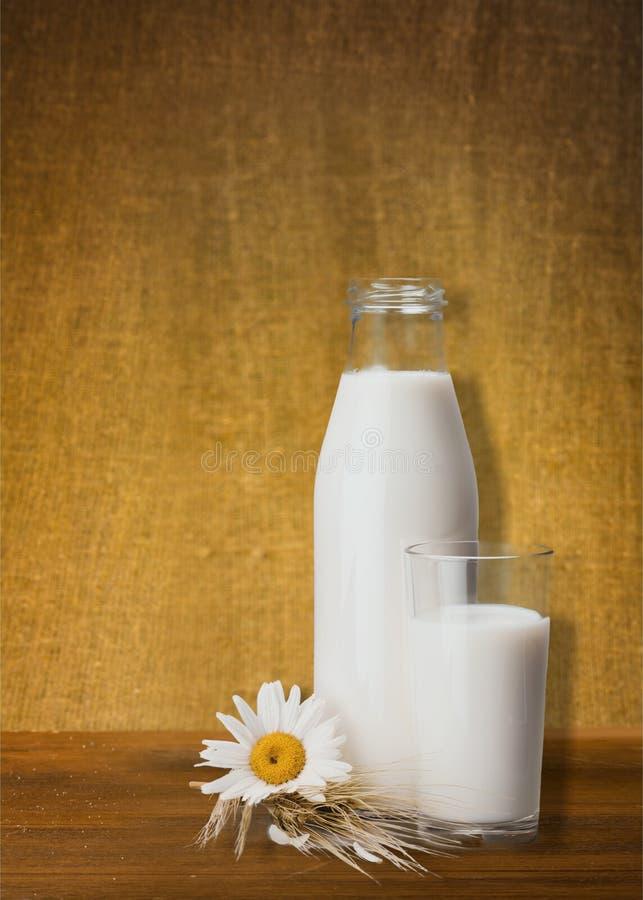 De fles van de melk stock afbeelding