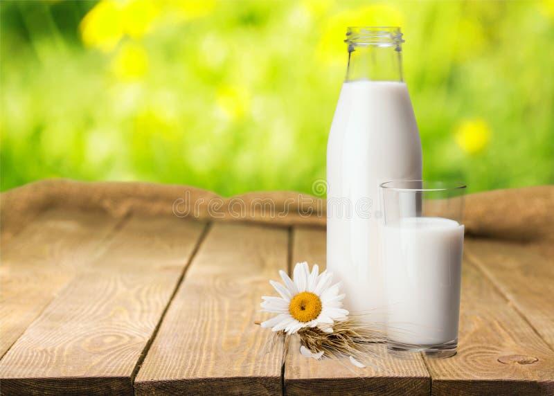 De fles van de melk royalty-vrije stock afbeeldingen