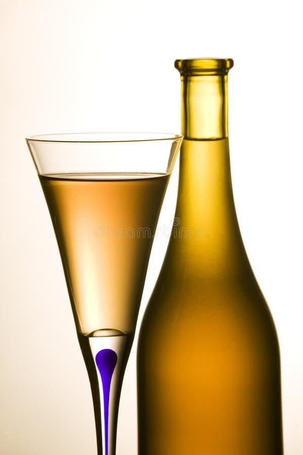 De fles van de wijn en wijnglas royalty-vrije stock afbeelding