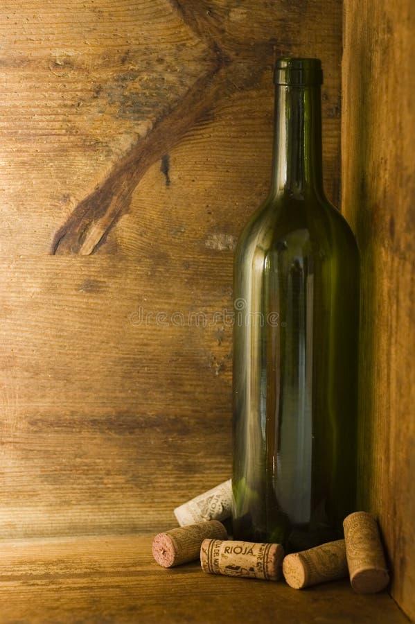 De Fles van de wijn in Houten Krat stock afbeeldingen