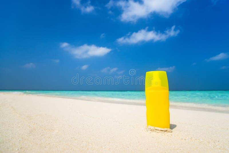 De fles van de zonneschermroom op het strand royalty-vrije stock foto's