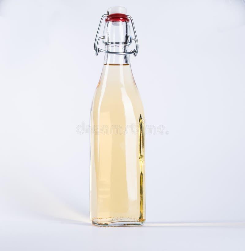 De fles van het glas met gele vloeistof royalty-vrije stock fotografie