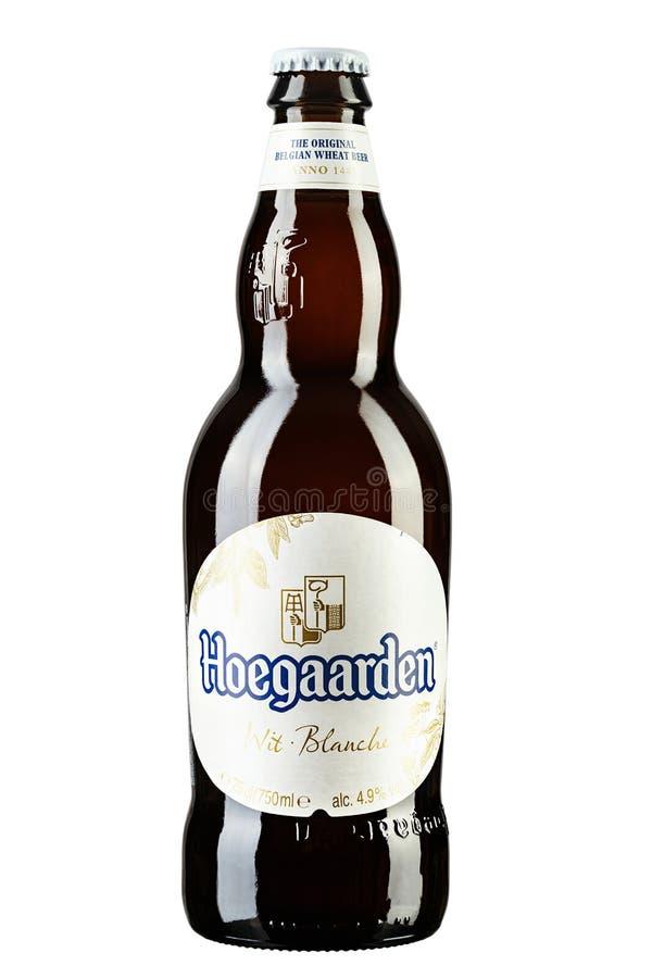 De fles van het Hoegaardenbier op wit, Hoegaarden-Brouwerij is een brouwerij in Hoegaarden, België, en de producent goed van - be royalty-vrije stock foto's