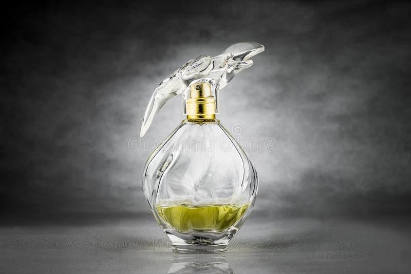 De fles van het Packshotparfum stock afbeeldingen