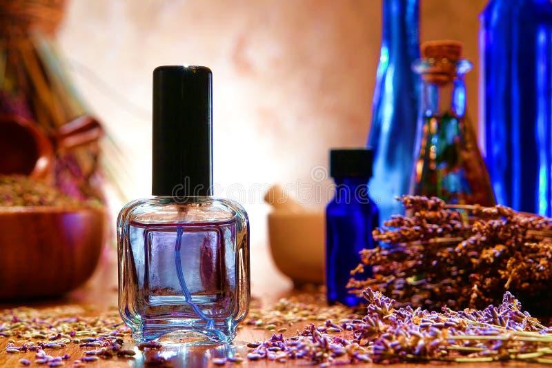 De Fles van het parfum met de Bloemen van de Lavendel in een Winkel stock fotografie