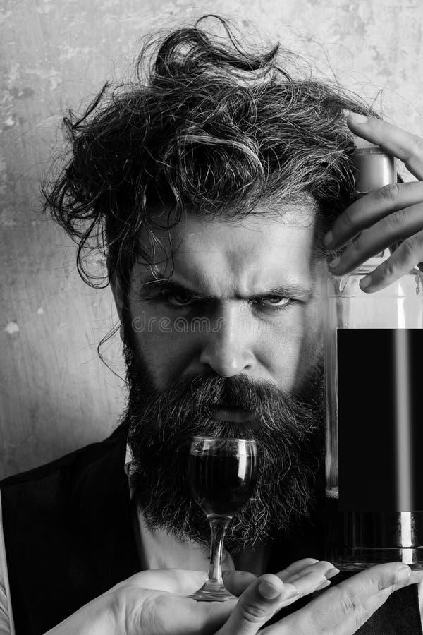 De fles van de Hipsterholding wijn en glas op vrouwelijke hand royalty-vrije stock fotografie